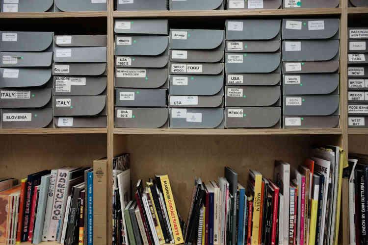 Des milliers de photographies de Martin Parr sont classées dans des boîtes grises en attente d'être numérisées. On trouve en-dessous les livres réalisés par le photographe. «Je suis toujours en train de travailler sur un nouveau livre», dit-il.