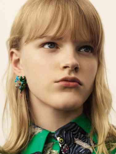 Boucle d'oreille Ancolia, en or jaune, diamants, tourmalines jaunes, rubellites et laque, Dior Joaillerie. Blouse en soie imprimée, Gucci.