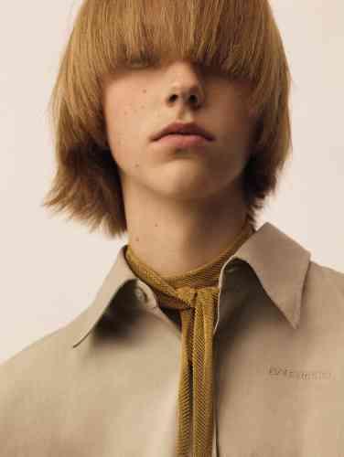 Collier à nouer maille en or jaune, Elsa Peretti pour Tiffany & Co. Chemise oversize en popeline de coton coupe boyfriend, Balenciaga.