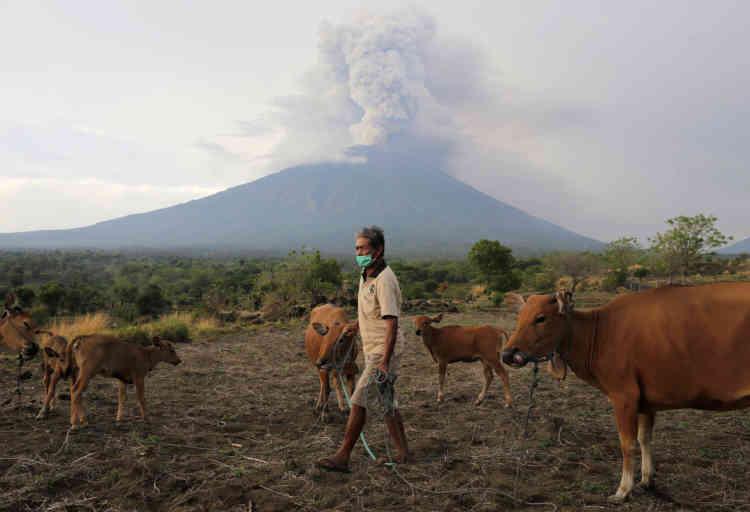 L'Indonésie, un archipel d'Asie du Sud-Est qui compte plus de17000îles et îlots, est situé sur la «ceinture de feu» du Pacifique, où la collision de plaques tectoniques provoque de fréquents séismes et une importante activité volcanique.En plus de la menace volcanique, de fortes pluies frappent les îles de Bali et de Java, où au moins 11personnes ont déjà péri dans des inondations et des glissements de terrain.