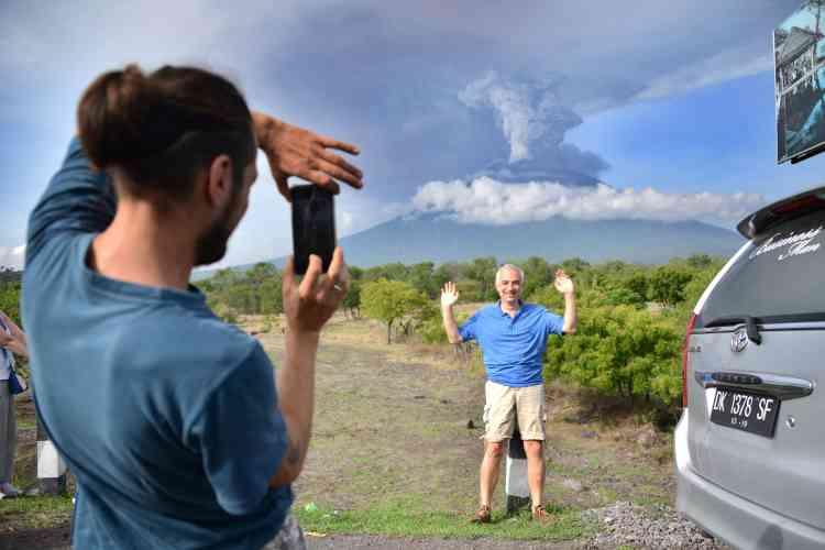 Le volcan pourrait éclater à tout moment, ont averti les autorités le27novembre alors qu'ils élevaient les niveaux d'alerte au maximum, accéléraient une évacuation massive et fermaient l'aéroport principal, laissant des milliers de touristes bloqués sur l'île indonésienne.
