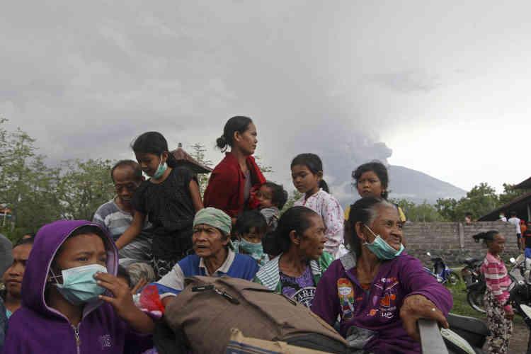 Environ 40 000 personnes ont déjà quitté la zone de danger, fixée entre 8km et 10km autour du volcan, pour se rendre dans plus de200centres d'évacuation. Les autorités estiment que100000habitants pourraient devoir s'éloigner.
