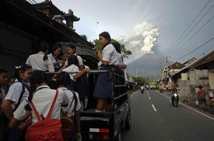 Des étudiants vont à l'école, à Karangasem, mardi 28 novembre.