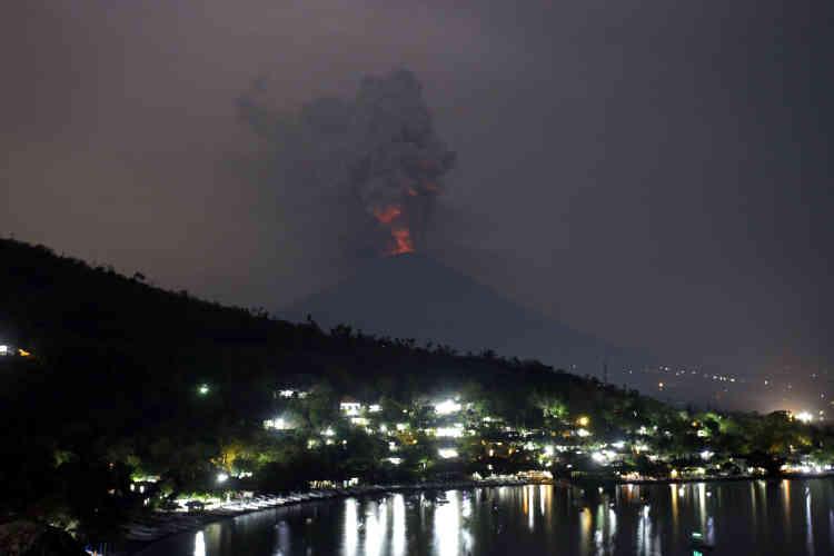 Le volcan émet de spectaculaires colonnes d'épaisse fumée grise depuis plusieurs jours.Les mesures effectuées montrent que la partie nord-est de l'Agung a enflé ces dernières semaines, «laissant penser qu'il y a une pression assez forte vers la surface» d'après leCentre de volcanologie et de catastrophes géologiques indonésien (PVMBG).