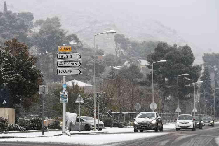 Les premières neiges sont tombées en abondance sur le Sud-Est samedi 2 décembre, un épisode «significatif» qui doit faiblir dans la journée de samedi.