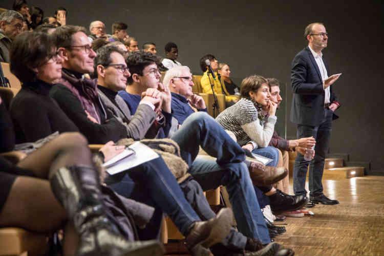 Les échanges avec la salle sont nombreux : les spectateurs envoient via leur téléphone portable leurs questions aux invités, qu'Emmanuel Davidenkoff recueille sur une tablette numérique.