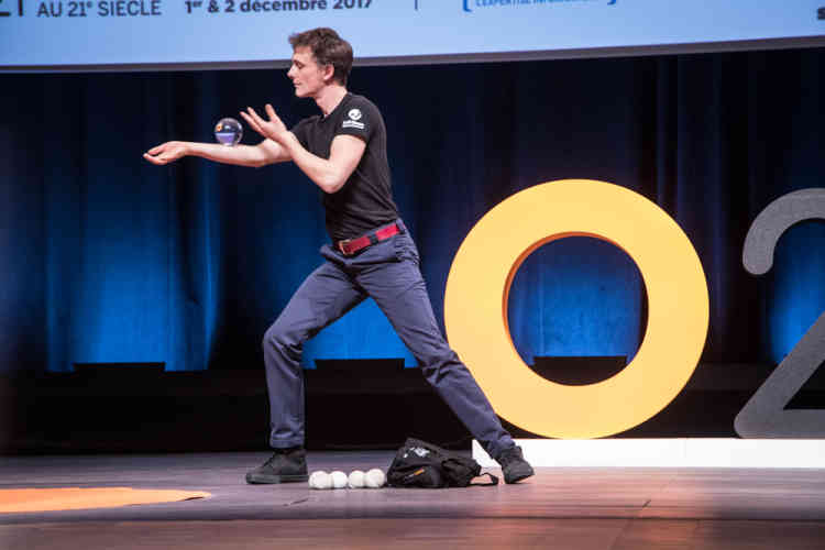 ...qu'illustre, dans un moment de magie,Clément Dazin : après avoir obtenu un master en management et exercé le métier de technico-commercial, il a finalement osé se lancer pleinement comme gymnaste, danseur et jongleur.