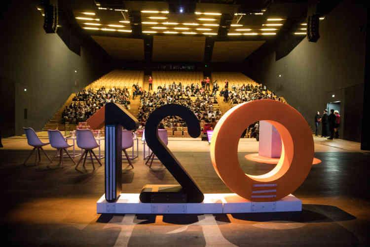 Un peu avant 9 heures, vendredi 1er décembre, le public commence à prendre place dans l'immense auditorium du centre Prouvé de Nancy.