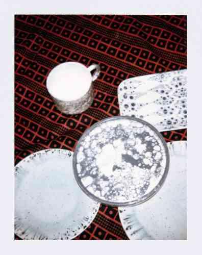 Assiettes en grès et plat de service en faïence, 11,90€ et 10,90€, Habitat. Assiette centrale et tasse, Collection Eldfell, Faïence émaillée à la bulle de savon, fait main au Maroc. Tasse 12€, assiette 17€, Datcha.