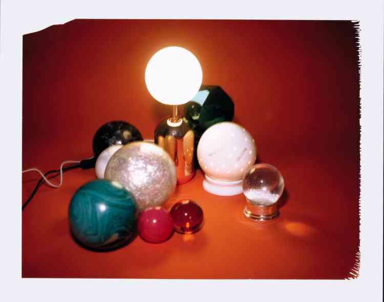 Lampe en acier cuivre et verre opaline, 145€, Home autour du monde. Lampe divinatoire en lithophanie de porcelaine, 105,60€, Design Vincent Collin pour Virebent Porcelaine du Lot.