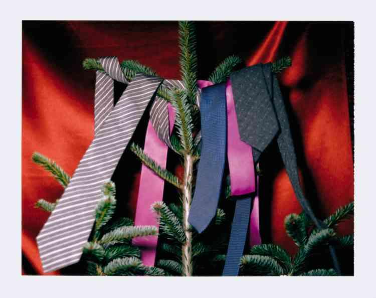 Cravate en soie rayée, 180€, Berluti. Cravate en soie, 85€, Figaret Paris. Cravate en laine et soie à motif pois, 230€, Brunello Cucinelli.