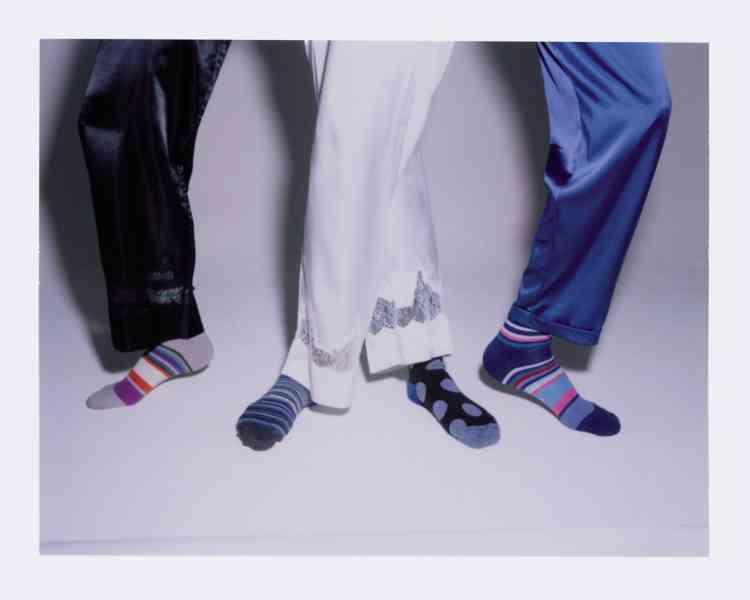Pantalon en soie noire et pantalon en soie blanche, 149€, Simone Pérèle. Pantalon en satin de soie bleu, prix sur demande, Maison Lejaby. Coffret de 12 chaussettes en coton mélangé, 220€, Paul Smith.