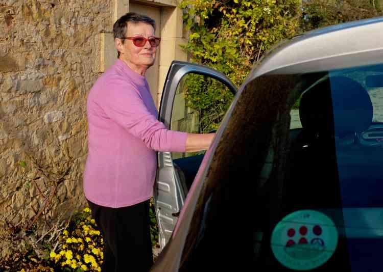 Odette Sourisseau, retraitée de 85ans,fait partie des habitants de la commune qui transportent dans leur voiture des Ayennois, adhérents au service de covoiturage Ecosyst'm.