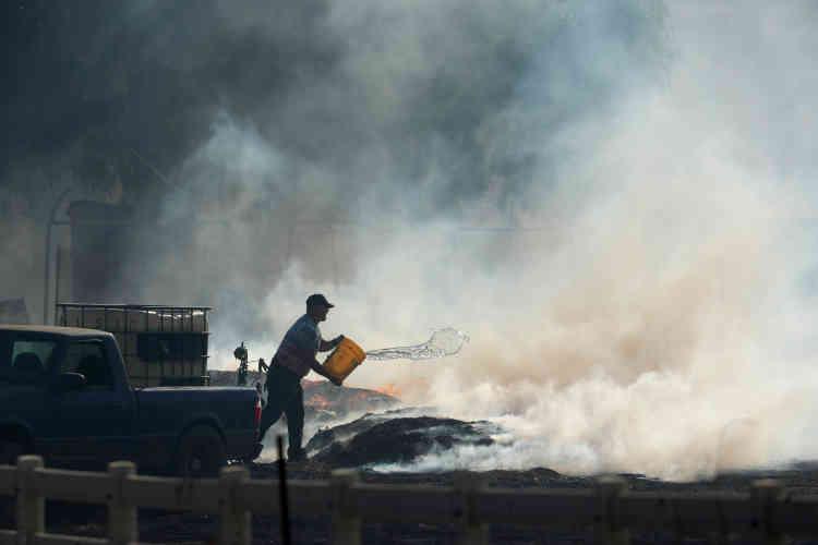 Un habitant de Bonsall (dans le sud de la Californie) tente d'éteindre le feu sur son ranch, le 7décembre.Près de 4000pompiers sont mobilisés.
