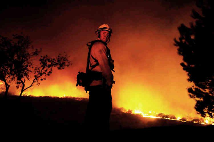 Les incendies (ici à Bonsall) ont déja détruit près de 700bâtiments et brûlé près de 60000hectares.