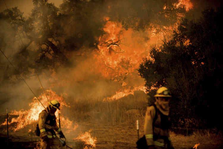 Les pompiers œuvrent sur la route de Santa Ana, près de Ventura, le 9décembre.