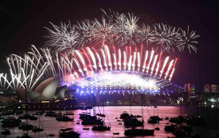 Le feu d'artifice illumine le port et l'Opéra de Sydney, en Australie, l'une des premières métropoles à entrer dans la nouvelle année.