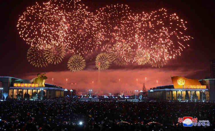 La Corée du Nord a également fêté la nouvelle année par des feux d'artifice, sur cette image fournie par l'agence officielle KCNA.