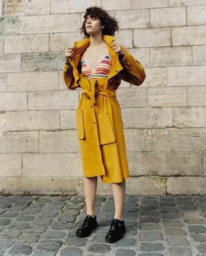 Manteau en velours, Lacoste. Maillot de bain, Stella McCartney.Chaussures en cuir, Yang Li.