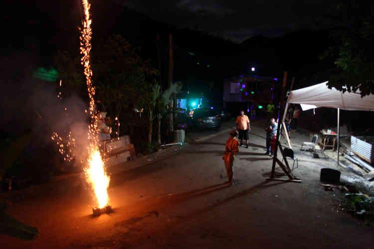 A El Salto, des feux d'artifice éclairent le ciel pour le Nouvel An.