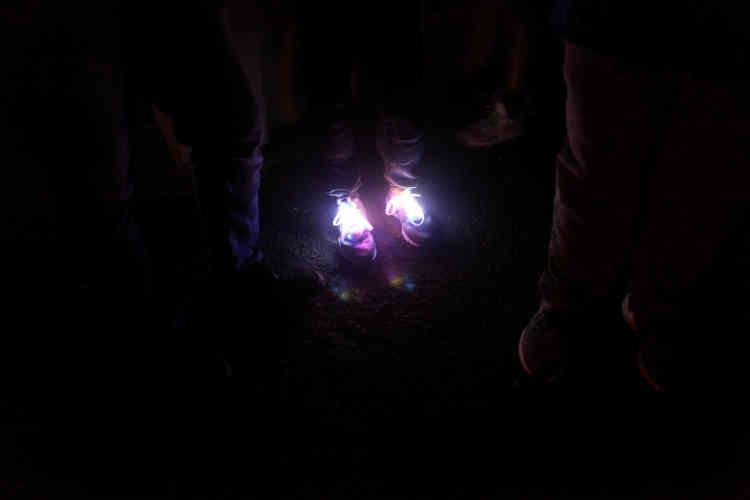 Un enfant porte des chaussures lumineuses, le 31 décembre, dans le quartier El Salto de Morovis. Face à la lenteur de la reconstruction de l'île et à la précarité des conditions de vie, de nombreux habitants ont fait le choix de partir : depuis le3octobre, plus de283000personnes ont quitté l'île, pour s'installer principalement en Floride.