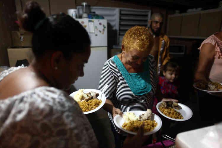 Des habitants fêtent la nouvelle année dans le quartier d'El Salto, à Morovis.