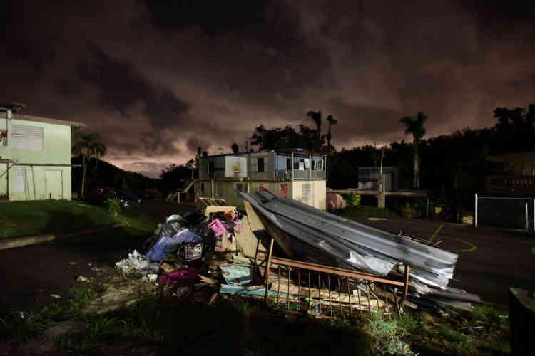 Les restes d'une maison dévastée par l'ouragan Maria, à Morovis, le 21 décembre. A la tombée du jour, vers 16heures en ce jour le plus court de l'année,les générateurs du quartier de Rivera commencent à vrombrir. Ce sont eux qui permettent aux habitants de cette municipalité de s'éclairer depuis le passage de l'ouragan.
