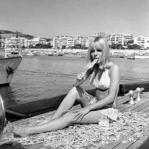 En1966 à Cannes. La chanteuse vient de susciter un scandale en interprétant« Les Sucettes», de Serge Gainsbourg.