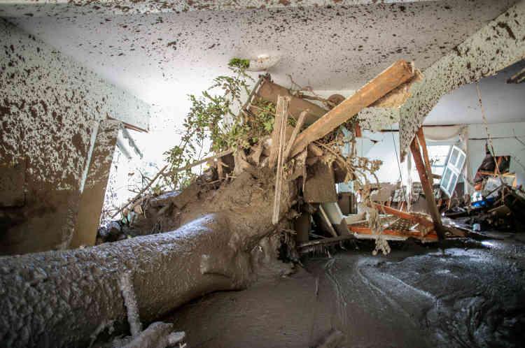 les coulées ont dévalé les collines de Montecito et d'autres villes du comté de Santa Barbara, au nord-ouest de Los Angeles.