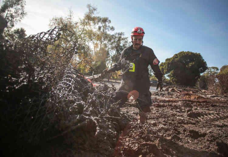 Certaines zones ont été ensevelies sous plus de 4,5 mètres de boue, ce qui rend les recherches très difficiles.