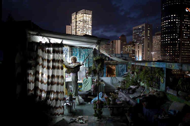 Ana Ashury, artiste, crée et entrepose ses œuvres sur le toit, à Ramat Gan, une banlieue de Tel-Aviv – ici le 19 novembre 2017.