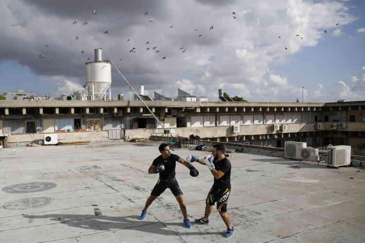 Les instructeurs de Krav Maga, Doron Turgeman (à gauche), 35ans, et Michael Alimelech, 26ans, s'entraînent sur le toit du bâtiment dans lequel ils donnent des cours, à Givatayim, à l'est de Tel-Aviv.