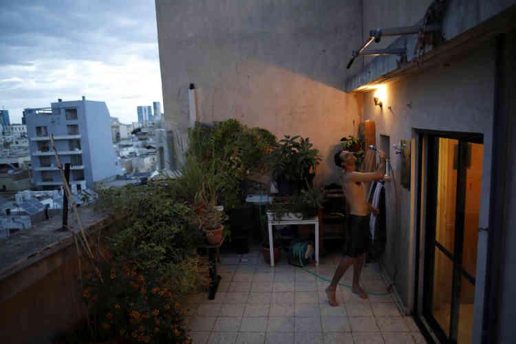 Par beau temps, Emanuel Cohen, 36 ans, préfère prendre la douche au milieu de son petit jardin –ici le 24 novembre 2017.