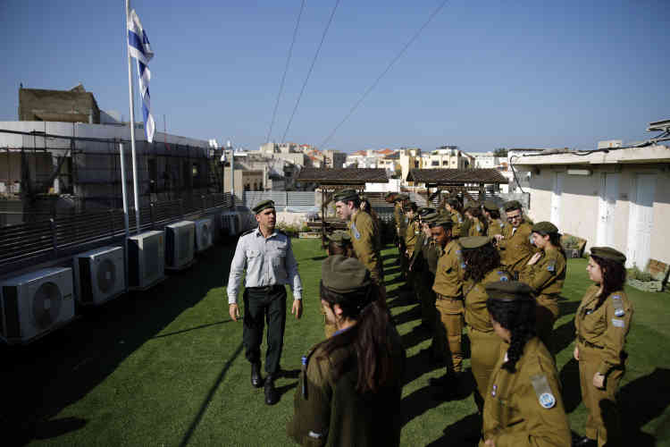 Des soldats se préparent à un défilé, sur le toit de la station de radio Galgalatz des Forces de défense israéliennes (IDF).