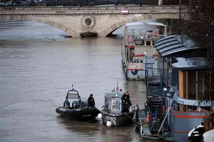 Des policiers en patrouille. Paris est en alerte jaune, le troisième plus haut degré d'alerte pour les inondations, selon le site de surveillance des inondations Vigicrues du ministère de l'environnement.