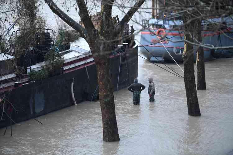 La préfecture de police a déjà interdit la circulation au niveau du tunnel des Tuileries, ou entrele pont du Garigliano etcelui de Bir-Hakeim.