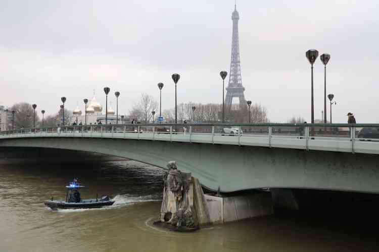 Le Zouave du pont de l'Alma. Cette célèbre statue, qui sert de jauge aux Parisiens pour évaluer l'ampleur des crues, a désormais de l'eau jusqu'aux genoux.