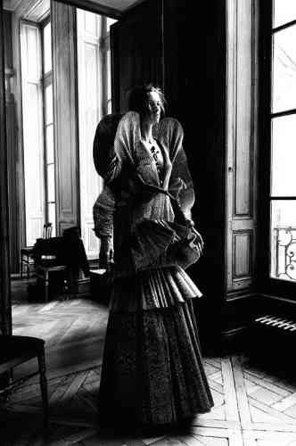 « En juillet 2017, la Chambre syndicale de la couture m'a invité à défiler pendant la Semaine de la couture à Paris. Nous y avons présenté notre collection automne-hiver 2017, dont cette robe à volants réalisée dans un plissé couleur cuivre. Elle a notamment été portée par l'actrice Tracee Ellis Ross lors des American Music Awards. »