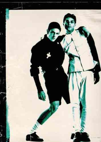 """« J'ai connu le couple de photographes Inez van Lamsweerde et Vinoodh Matadin lorsque j'étudiais la mode à Amsterdam. En 1987, le magazine néerlandais """"Avenue"""" nous avait contactés car il faisait une série sur les créatifs d'Amsterdam. Ici, je pose avec Vinoodh (à droite). Nous sommes restés proches. »"""