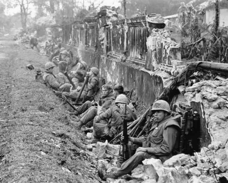 Une unité de marines au repos après une bataille, près du palais impérial de Hué, en février 1968.