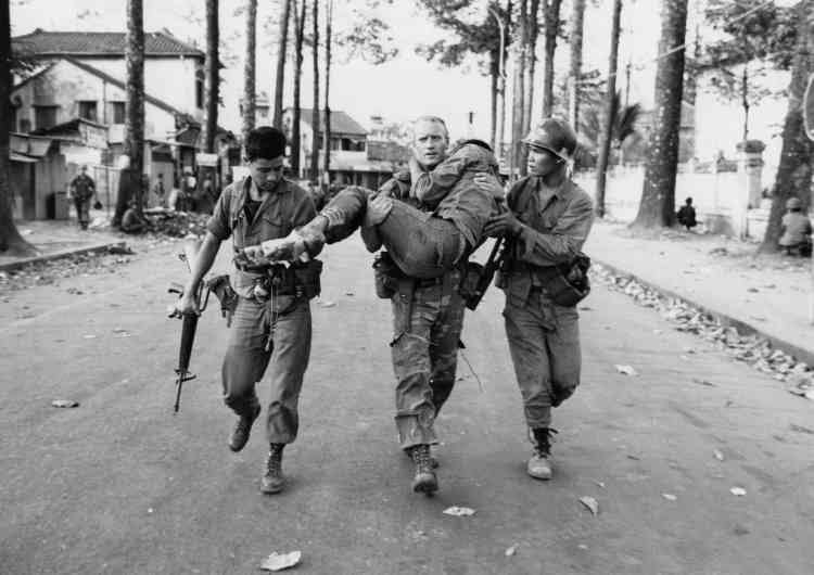 Le lieutenantGary D.Jackson (originaire de Dayton, Ohio) porte un soldat sud-vietnamien blessé durant un affrontement, près du stade de Saïgon.