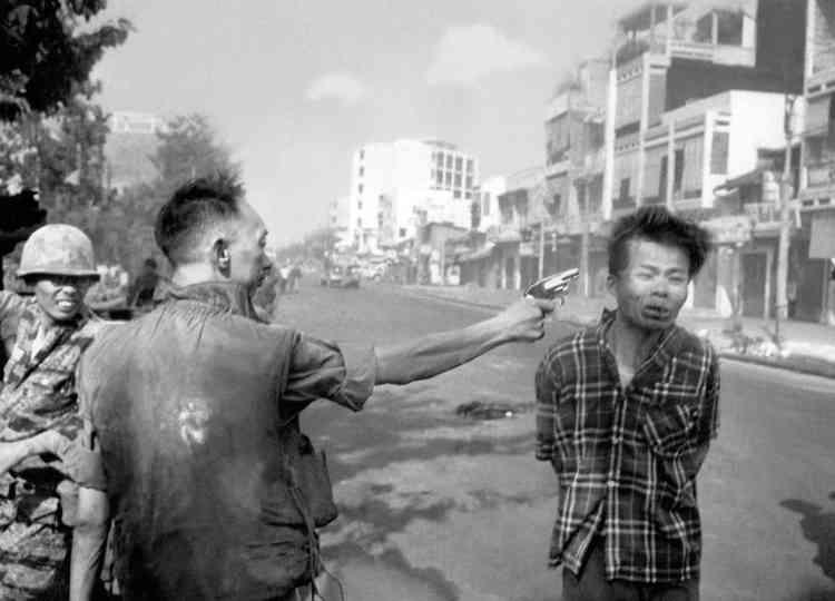 Un homme suspecté d'appartenir au Vietcong (Front de libération national) est exécuté par le général Nguyen Ngoc Loan, à Saïgon. L'image, publiée à la « une » de nombreux journaux, remporte cette année-là le prix Pulitzer et le prix de la photo de l'année, décerné par le World Press.