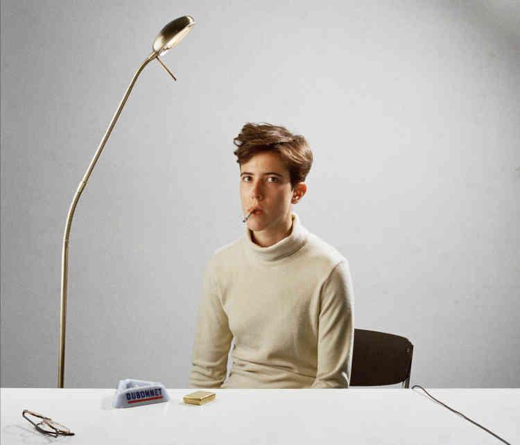 «Chaque jour, le même rituel se met en place: assise derrière sa table blanche, la main sur le déclencheur, elle attend le moment opportun. L'instant venu, elle appuie. Elle se lève, se dirige vers l'appareil photo et le recharge. Sur le mode de la fiction, Jeanne Tullen propose une relecture du genre de l'autoportrait.»