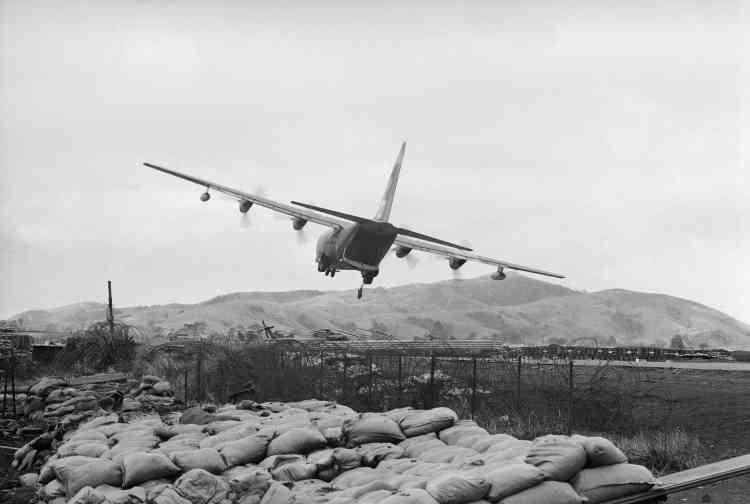 Un avion de l'US Air Force lâche du matériel sur la base américaine de Khe Sanh.