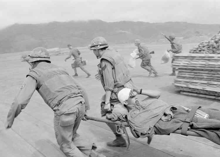 Des marines évacuent l'un des leurs, sous les tirs de snipers, sur la base aérienne deKhe Sanh.