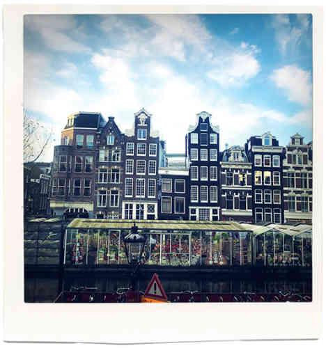 « Je suis revenu vivre à Amsterdam depuis quelques années. C'est la vue depuis mon appartement, le long des canaux, en face du marché aux fleurs. C'est une ville calme qui me permet de ne pas me laisser influencer et de garder une indépendance d'esprit, tout en m'évitant la pression des grandes capitales de la mode. »