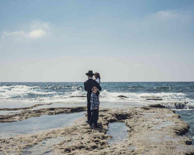 «Dans son récit photographique, né de plusieurs séjours en Israël et en Palestine, Clément Chapillon questionne la relation entre les hommes et leurs territoires. En faisant un pas de côté, loin des représentations habituelles du conflit, il propose un éclairage nouveau sur un territoire très médiatisé.»