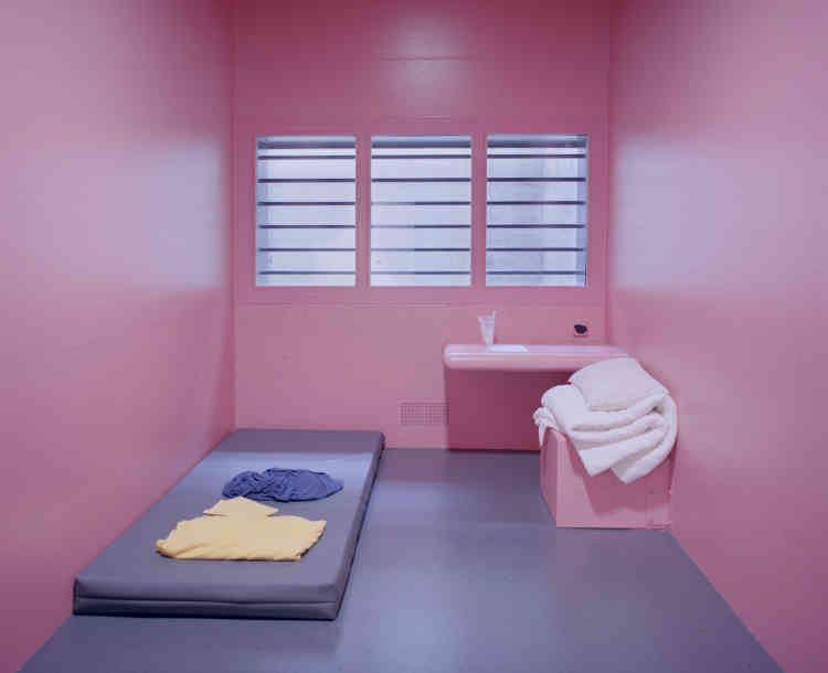 """«En 1979, le psychologue nord-américain Alexander G. Schauss découvre l'effet tranquillisant d'une certaine nuance de rose: le """"Baker-Miller Pink"""". Dès lors, des prisons sont repeintes avec cette teinte afin de réduire l'agressivité des prisonniers, d'abord aux Etats-Unis puis, plus récemment, en Suisse», explique la responsable du festival."""