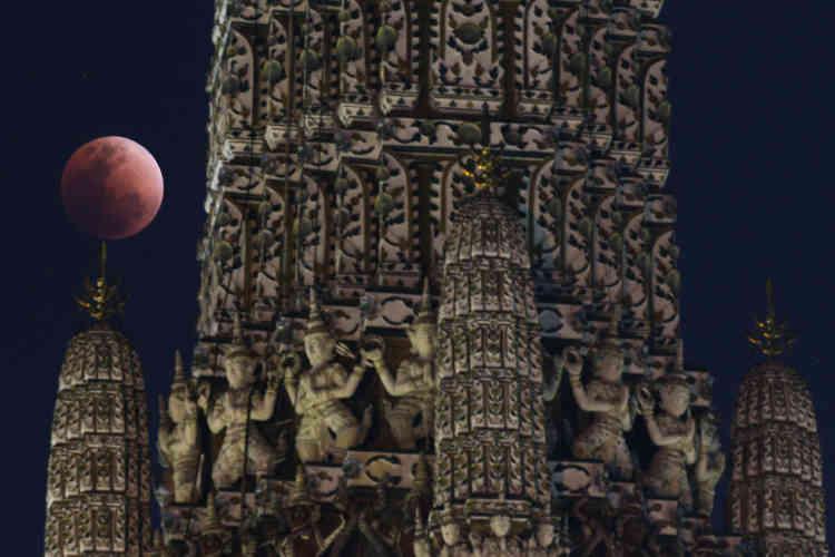 Devant un temple à Bangkok, en Thaïlande.