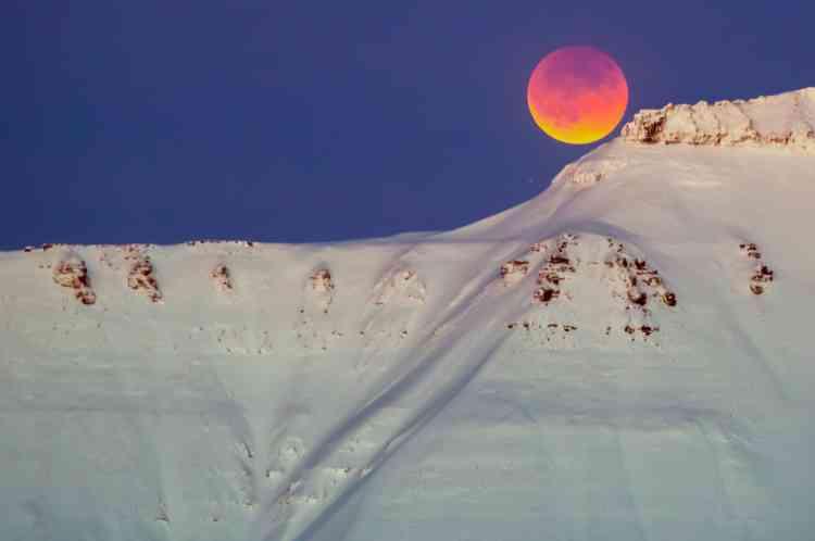 La Lune vue depuis Longyearbyen, en Norvège.